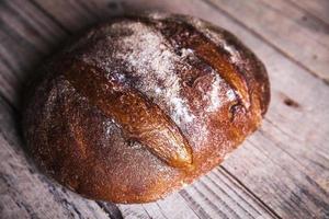 nourriture, beau pain de seigle sur un fond en bois