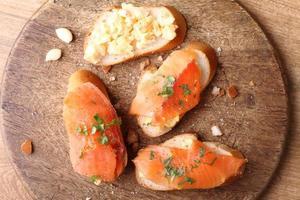 œufs brouillés au saumon fumé, sur pain grillé baguette photo