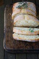 ciabatta fraîchement cuite coupée en morceaux photo