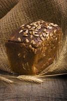 pain cuit au four sur table en bois