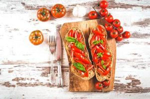 entrée italienne, bruschetta à la tomate fraîche rouge sicilienne sur un photo