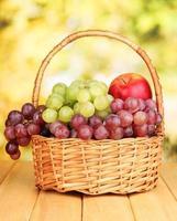raisin, dans, panier, sur, table bois photo