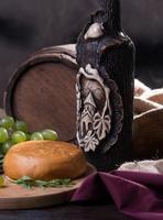 tambour, fromage, bouteille de vin et raisins photo