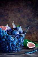 figues, raisins, pruneaux et dewberry frais