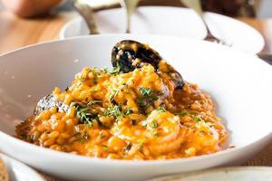 risotto aux fruits de mer sur plaque blanche photo