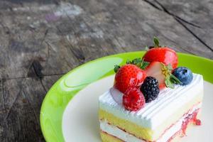 morceau de délicieux gâteau aux fraises photo