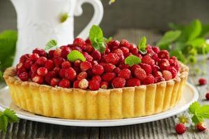 tarte aux fraises des bois et crème de mascarpone. photo