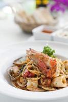 fruits de mer spaghetti en plaque blanche photo