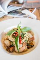 Spaghetti aux fruits de mer épicé dans un plat blanc