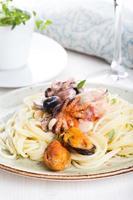 spaghetti aux fruits de mer avec crevettes, pétoncles, moules, calamars et sauce tomate