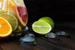 détoxifier l'eau d'agrumes. rafraîchissante limonade maison d'été