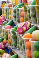 fruits dans une tasse en plastique pour faire un jus.