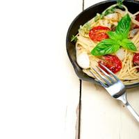 pâtes spaghetti aux tomates cerises au four et basilic photo