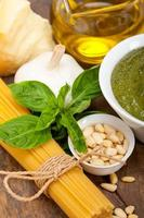 Ingrédients des pâtes au pesto au basilic traditionnel italien photo