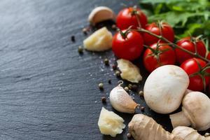 ingrédients de la salade - spaghetti, tomates cerises, ruccola, champignons