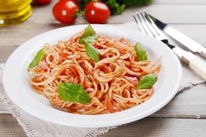 pâtes, à, sauce tomate, sur, plaque, sur, table, gros plan