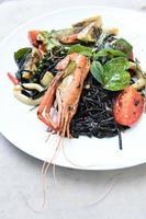 spaghetti à l'encre de seiche épicée avec moule verte et crevettes