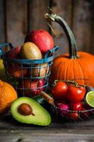 fruits et légumes sur fond de bois photo