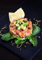 tartare de saumon et avocat photo