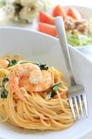 spaghetti aux crevettes et épinards photo