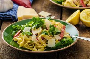 tagliatelles au bacon, ail et salade