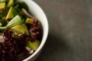 salade avec feuille d'avocat et oignon. pour le déjeuner comme régime