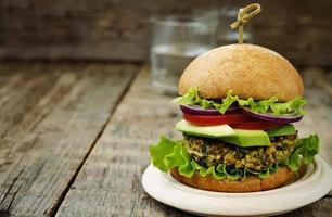 hamburgers au curry végétalien épicé avec du millet, des pois chiches et des herbes photo