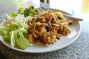 pad thai - nouilles sautées traditionnelles thaïlande photo