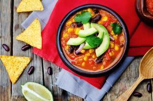 soupe de tortilla aux haricots rouges et chipotle