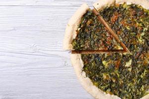 tarte aux herbes, fromage et épinards gros plan vue de dessus
