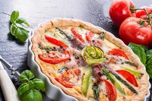 tarte aux asperges vertes aux oeufs et tomate