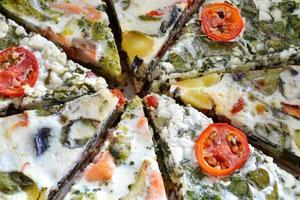 tranches de tarte aux légumes au saumon