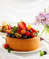 gâteau en mousseline avec des baies d'été et de la crème.