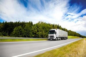 camion sur la route photo