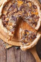 tarte aux oignons en tranches avec vue de dessus verticale de fromage