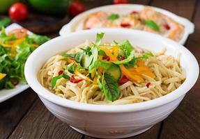 nouilles délicates cuites dans un bouillon de miso