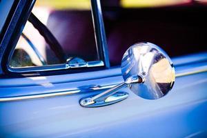 Vue rapprochée du miroir latéral automobile vintage des années 1950