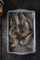 nouilles soba non cuites et crevettes