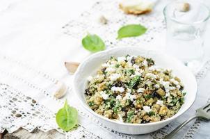 salade de feta d'aubergine au quinoa et aux épinards