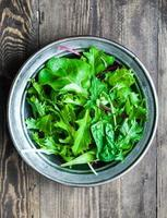 salade verte sur fond rustique