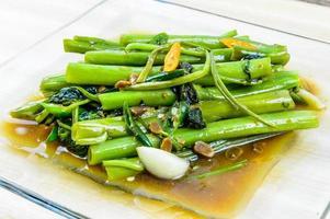 remuer les épinards d'eau frite, cuisine thaïlandaise photo