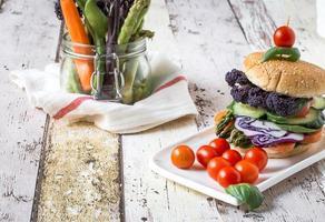 burger végétalien aux légumes frais