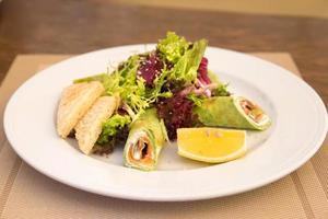 crêpes aux épinards avec saumon et mélange de salade