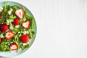 salade de roquette, fraises et fromage