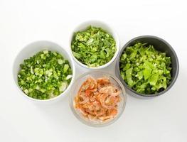 céleri haché, ciboule, persil et crevettes salées séchées