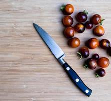 tomates cerises sur planche à découper photo