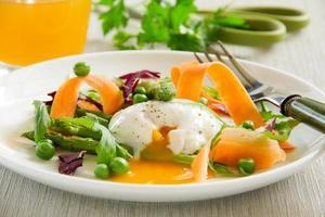 salade d'été avec œuf poché. photo
