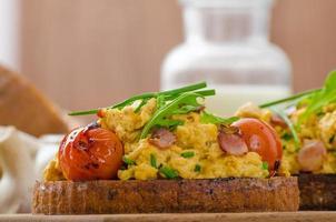 œufs brouillés avec bacon, herbes et tomates