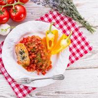 rouleaux de chou végétarien aux épinards et salsa photo