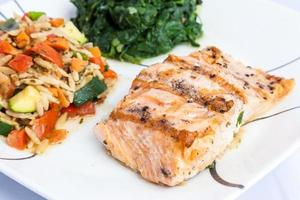 délicieux saumon grillé avec accompagnements
